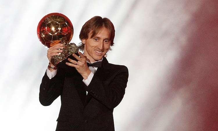 Luka Modric del Real Madrid sostiene su trofeo del Balón de oro. Foto: EFE