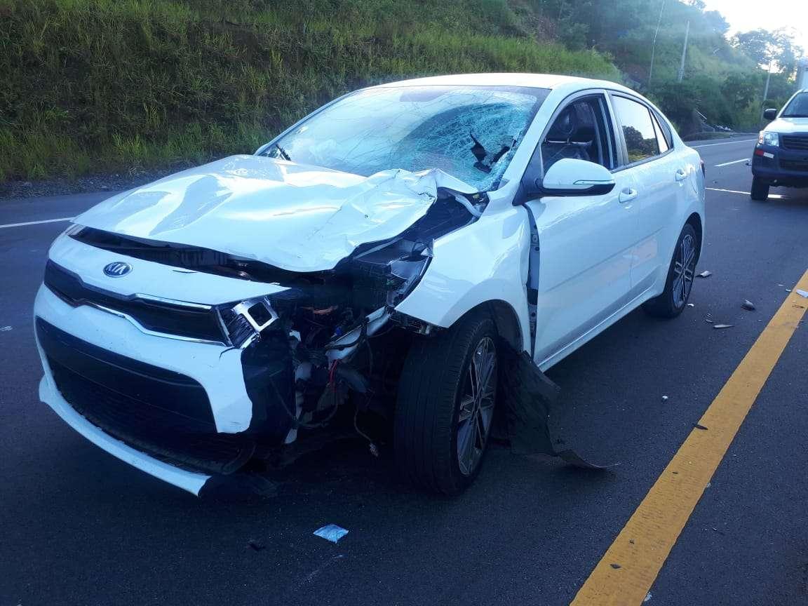 El vehículo terminó con parte del frente y el parabrisas destrozado, lo que evidencia el punto exacto en donde golpeó el cuerpo de la víctima. Foto: Mayra Madrid