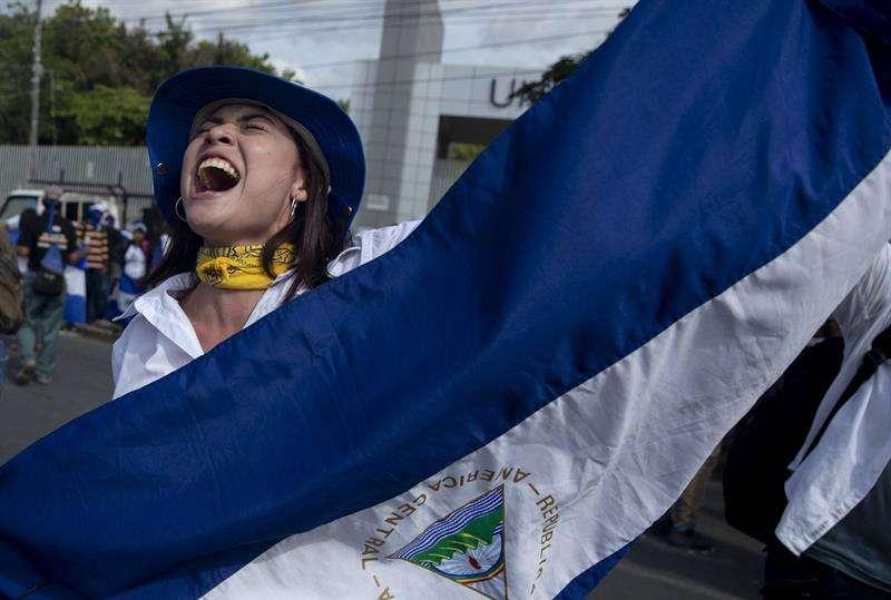Una mujer con la bandera de Nicaragua participa de un plantón el 26 de septiembre de 2018, en Managua (Nicaragua). EFE