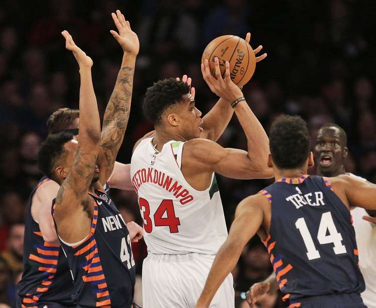 Giannis Antetokounmpo aportó un doble-doble de 30 puntos y 14 rebotes. Foto: AP