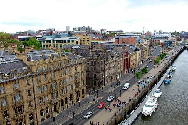 Vista general de una calle en Newcastle, Inglaterra. Foto: Pixabay - Ilustrativa