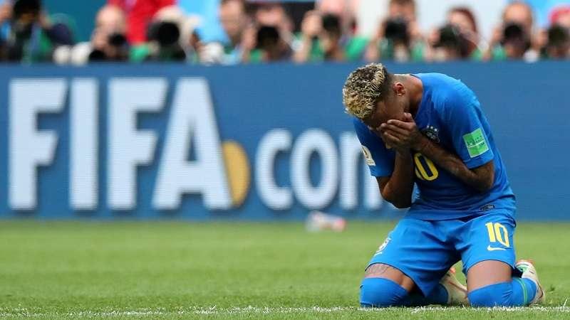 Neymar se arrodilló y rompió a llorar luego de la victoria ante Costa Rica. Foto EFE