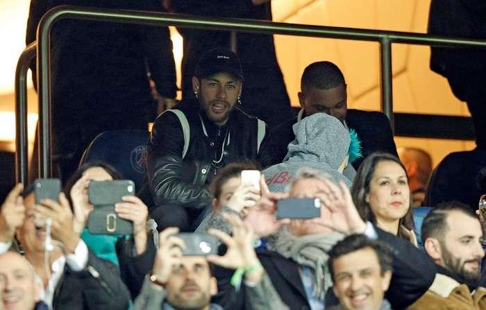 El jugador de Paris Saint Germain Neymar Jr. observa desde el banco este miércoles./ EFE