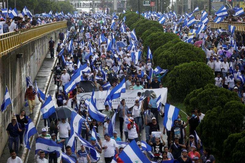 """Cientos de personas participan en una multitudinaria marcha denominada """"Juntos somos un volcán"""", en rechazo al presidente Daniel Ortega. Foto: EFE"""