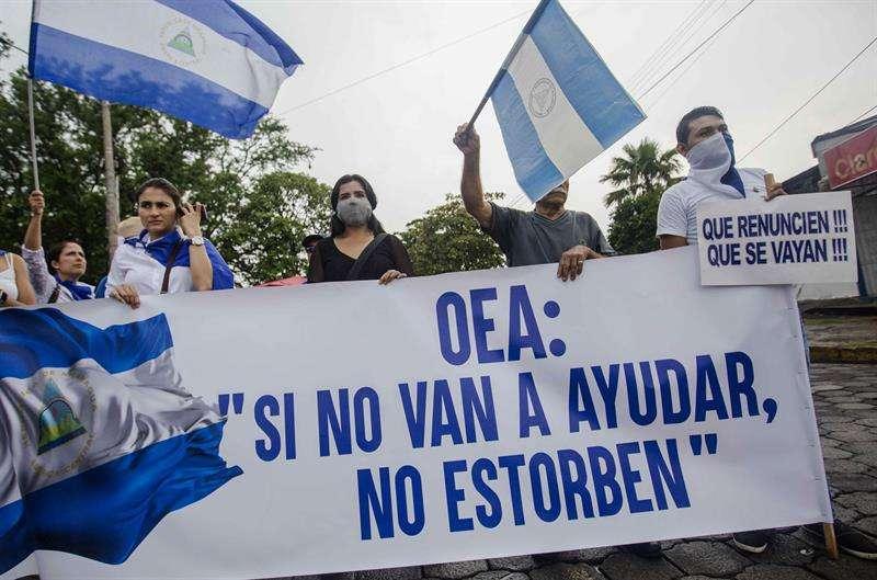 Varias personas participan de un plantón en las afuera del seminario de nuestra señora de Fátima, en Managua (Nicaragua). EFE