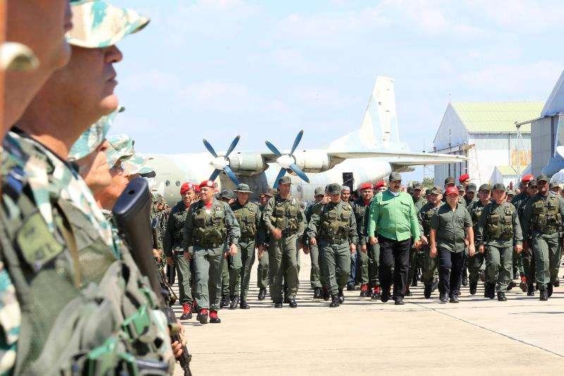 Fotografía cedida por el Palacio de Miraflores que muestra al presidente Nicolás Maduro (c) durante una visita a una base militar este martes, en Aragua (Venezuela). EFE