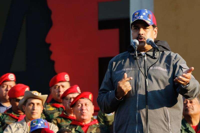 Fotografía cedida este lunes por la oficina de Prensa de Miraflores en la que se registró al gobernante de Venezuela, Nicolás Maduro (d), durante un acto de Gobierno con militares, en Maracay (Venezuela). EFE