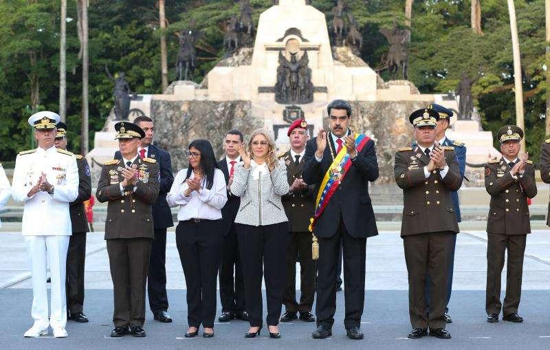 En la imagen se observa al gobernante venezolano, Nicolás Maduro (3d), durante un acto con militares en conmemoración del 198º Aniversario de la Batalla de Carabobo y Día del Ejército este lunes, en Carabobo (Venezuela). EFE/Prensa Miraflores