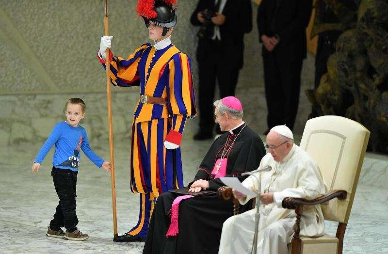 Un niño argentino de unos siete u ocho años accede al escenario del Aula Pablo VI mientras el papa Francisco (d) preside su audiencia general de los miércoles en el Vaticano. EFE