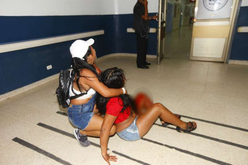 Víctima llega por sus medios al cuarto de urgencia del hospital Santo Tomás. Foto: Alexander Santamaría