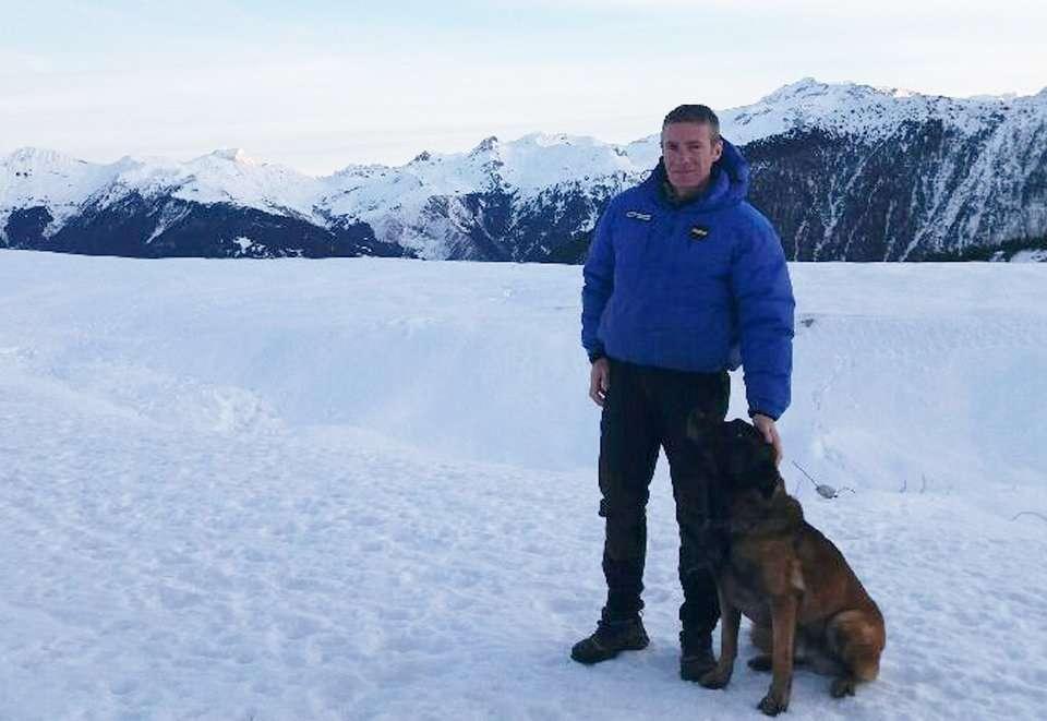 El oficial de órdenes de @Gendarmerie Raphael C. y su perro Gétro rescató a un niño de una avalancha. Foto:  @CCastaner