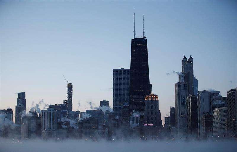 Amanecer de este miércoles en el lago Michigan en Chicago, Illinois, Estados Unidos. Un vórtice polar hará que se desplomen las temperaturas bajo cero en el medio oeste del país. EFE