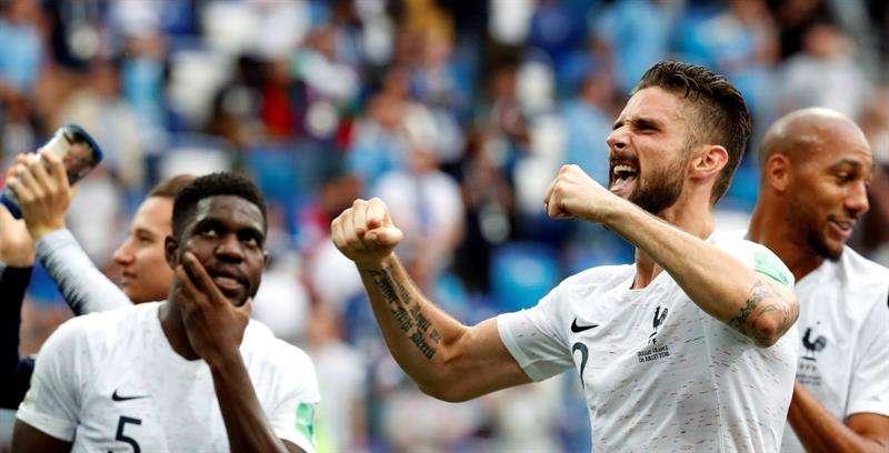 El delantero francés Olivier Giroud celebra el pase de su selección a cuartos de final, luego de derrotar 2-0 a Unuguay. Foto EFE
