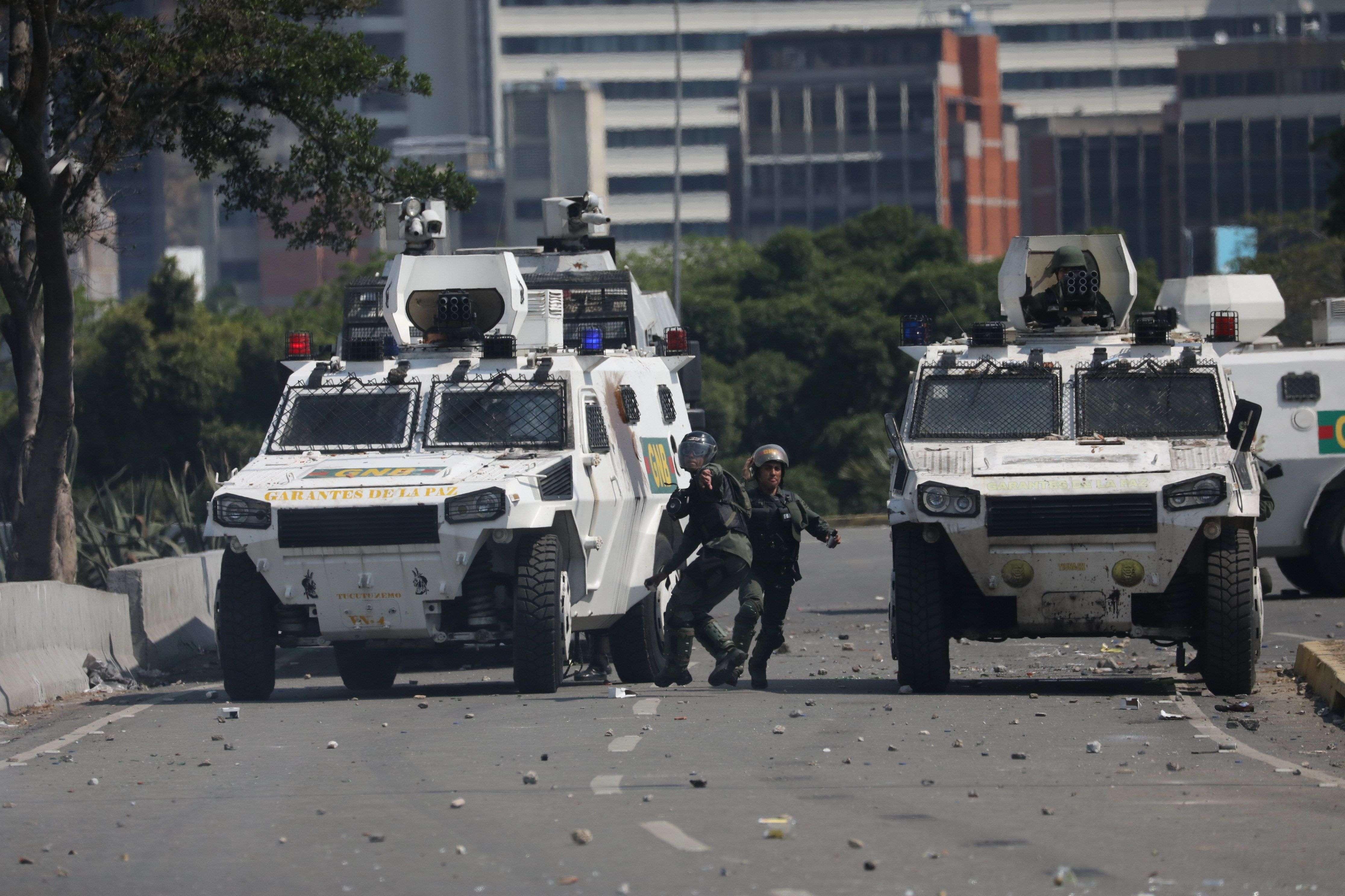 Unos 24 militares y unos dirigentes de la oposición más extrema venezolana hicieron un llamado a golpe de Estado.