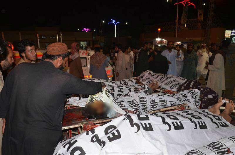 Las personas identifican los cuerpos de sus familiares después de un atentado suicida con bomba que tuvo como objetivo un mitin de la campaña electoral de Baluchistán Awami Party, en Mastung, en Quetta, Pakistán, el 13 de julio de 2018. EFE