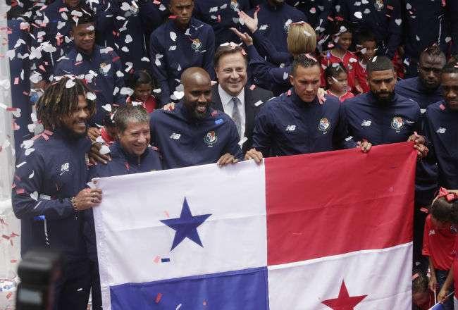 Los jugadores de la Selección Mayor de Fútbol de Panamá durante la entrega de la bandera.
