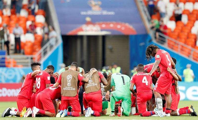 Los jugadores de la selección de Panamá se reúnen en el campo para darle gracias a Dios, luego de su última presentación en Rusia 2018. Foto EFE