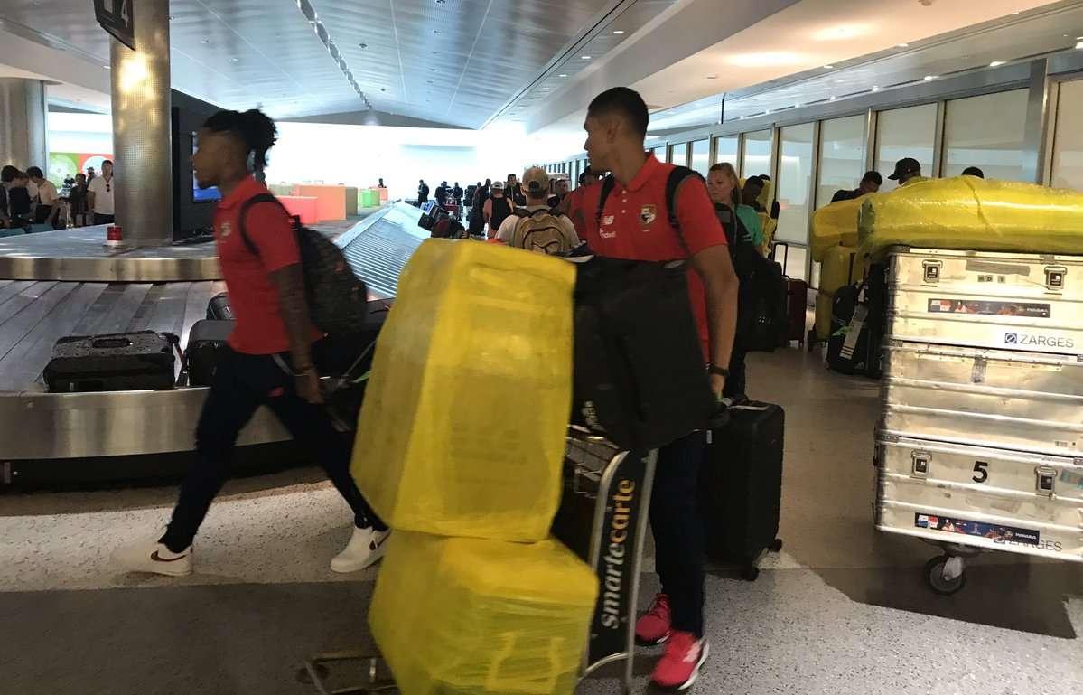Jugadores panameños llegan a Houston, donde a las 6:10 de la tarde continuarán su viaje a Minneapolis, Minnesota.  Foto: Fepafut