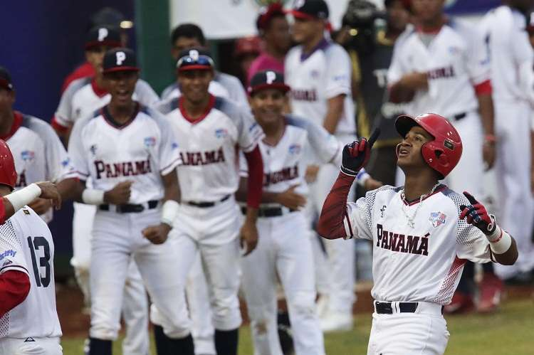 Carlos González (d) de Panamá celebra la victoria ante Japón, el viernes. Foto: EFE