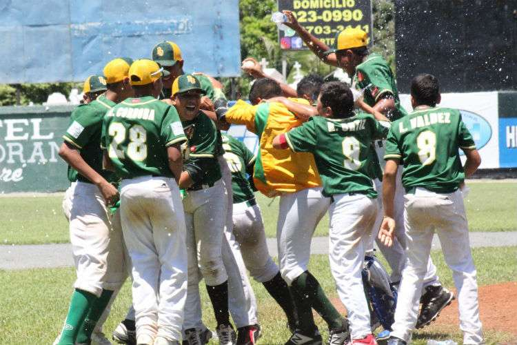 Jugadores de Panamá Oeste celebran la obtención del título. Foto: Fedebeis
