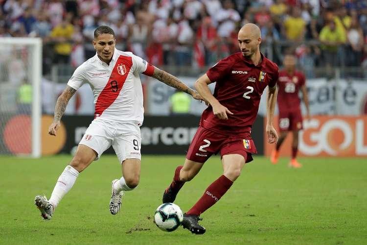 Mikel Villanueva (d) de Venezuela pelea el balón con Paolo Guerrero (i) de Perú. Foto: EFE