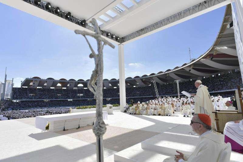El papa Francisco oficia, este martes, una misa multitudinaria en la ciudad deportiva Zayed en Abu Dabi (Emiratos Árabes Unidos). EFE/ Prensa del Vaticano