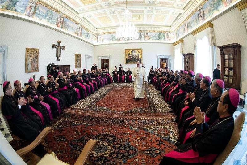 El papa Francisco (c) recibe a los Prelados de la Conferencia Episcopal indonesia, este martes en el Vaticano. EFE/ Departamento de Prensa del Vaticano
