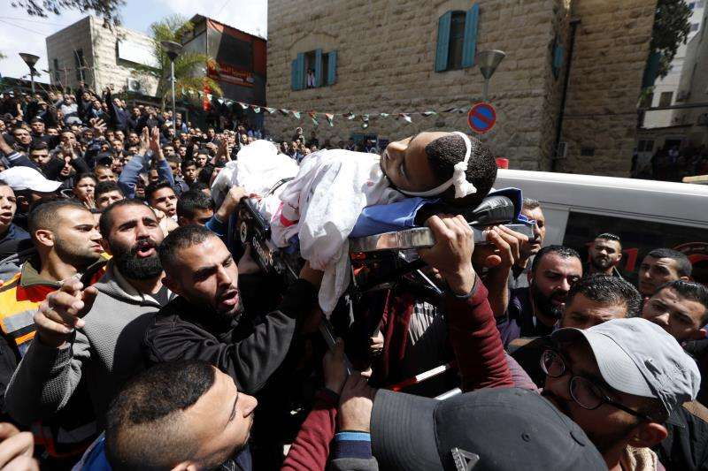 Palestinos llevan el cuerpo del joven de 17 años Sajed Mizher antes de su funeral este miércoles en la ciudad cisjordana de Belén. EFE