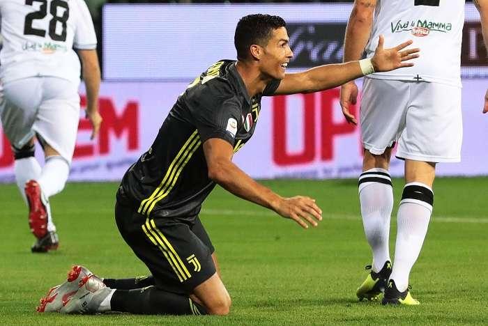 Cristiano Ronaldo se queja por una supuesta falta en su contra. / AP
