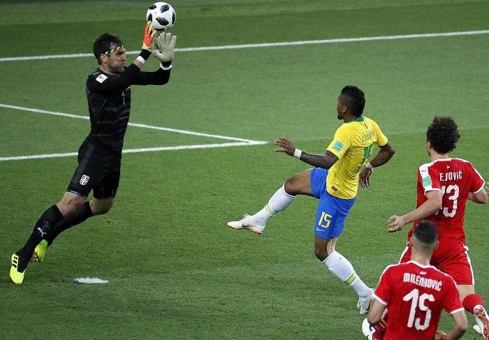 Paulinho anota el primer gol de Brasil en el encuentro contra Serbia./EFE
