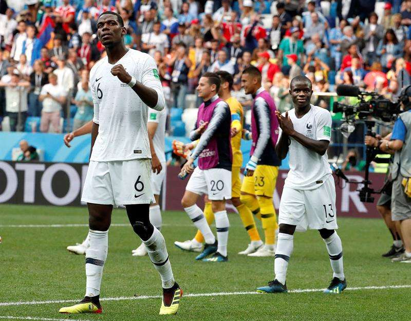 El centrocampista francés Paul Pogba y el centrocampista francés Kanté (d) celebran la victoria tras el partido Uruguay-Francia. Foto EFE