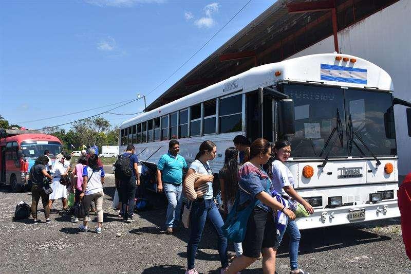 Peregrinos de 29 países entran este domingo a Panamá vía terrestre para asistir a la JMJ, en Paso Canoas (Panamá). EFE