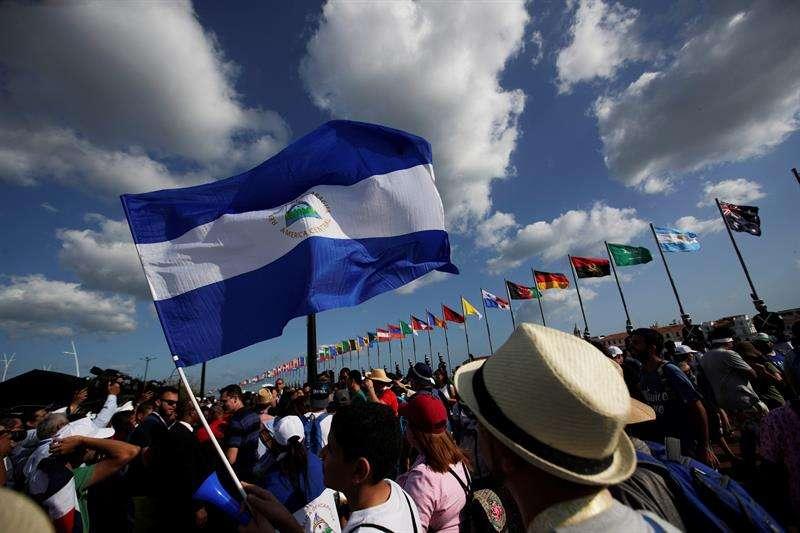 Peregrinos de Nicaragua caminan frente a la bahía de Panamá el pasado 21 de enero de 2019, días antes del inicio de la Jornada Mundial de la Juventd (JMJ) en ciudad de Panamá (Panamá). EFE