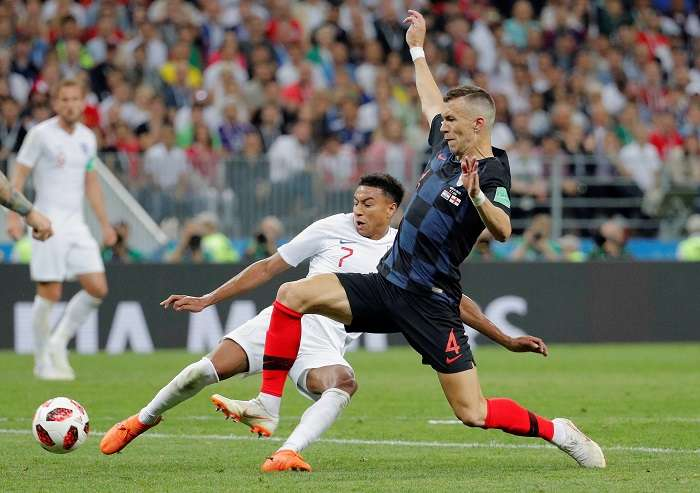 El centrocampista inglés Jesse Lingard y el delantero croata Ivan Perisic durante el partido Croacia-Inglaterra./EFE