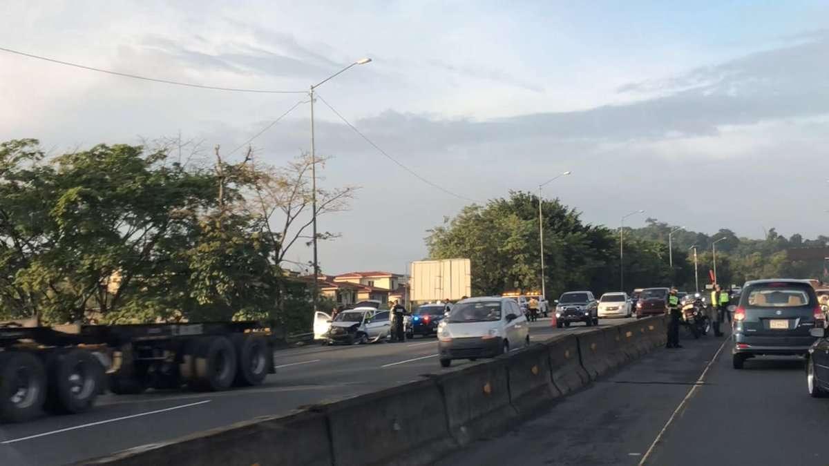 Vista general del momento en que la policía mantenía detenidos a los delincuentes en el Corredor Norte. Foto: @TraficoCPanama