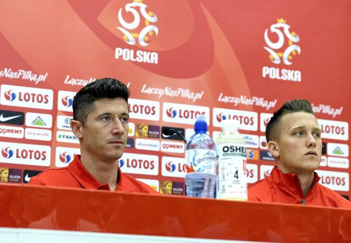 Los jugadores de la selección nacional de Polonia Robert Lewandowski (i) y Piotr Zielinski (d) durante la rueda de prensa./EFE