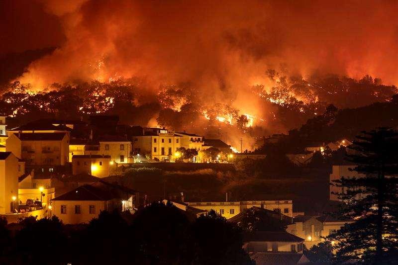 En este incendio, donde tuvieron que ser desalojadas algunas aldeas, resultaron heridos leves 8 bomberos y un agente forestal. Foto: EFE