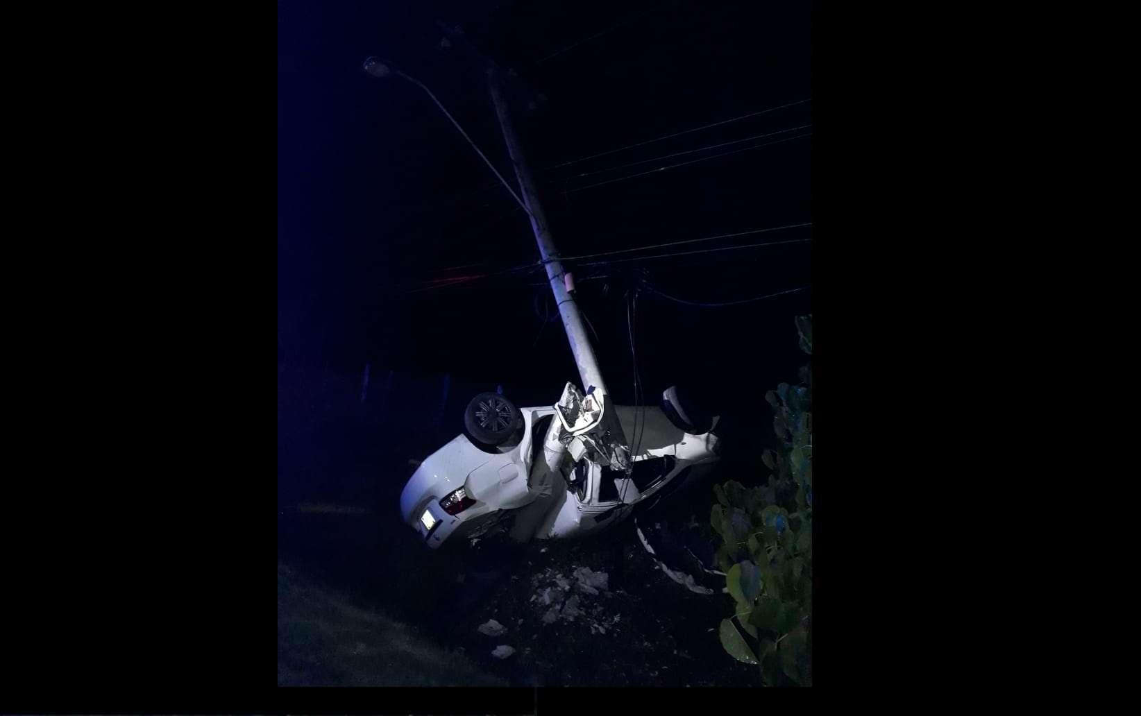 Vista general de como quedó el vehículo tras partir el poste de electricidad. Foto: @TraficoCPanama