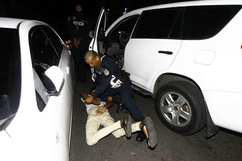 El joven y su acompañante fueron trasladados a la subestación de policía para su respectiva sanción. Foto: Alexander Santamaría