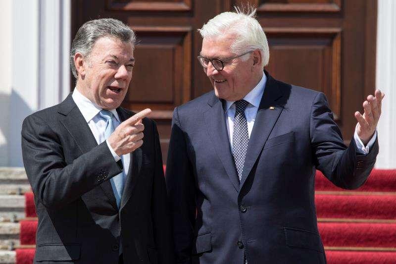 El presidente alemán, Frank-Walter Steinmeier (dcha), da la bienvenida a su homólogo colombiano, Juan Manuel Santos, a su llegada al Palacio Bellevue en Berlín (Alemania). EFE