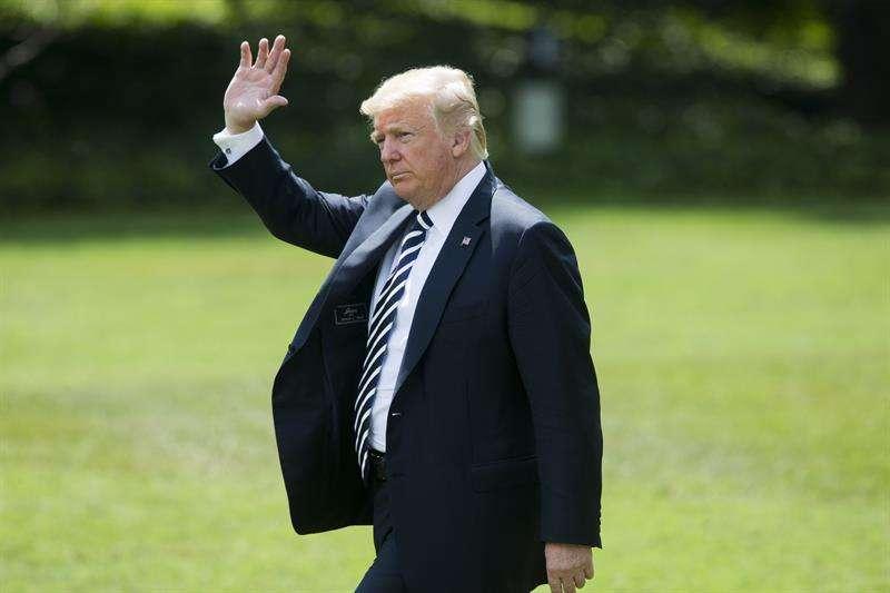 El presidente estadounidense, Donald Trump, camina por el jardín de la Casa Blanca antes de subir al helicóptero presidencial en Washington D.C (Estados Unidos) hoy, 31 de agosto del 2018. EFE