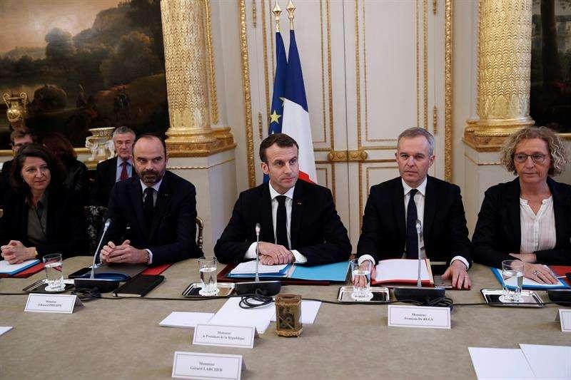 El presidente galo, Emmanuel Macron, y otros representantes de gobierno se reúnen con los responsables de las principales organizaciones sindicales y patronales. EFE