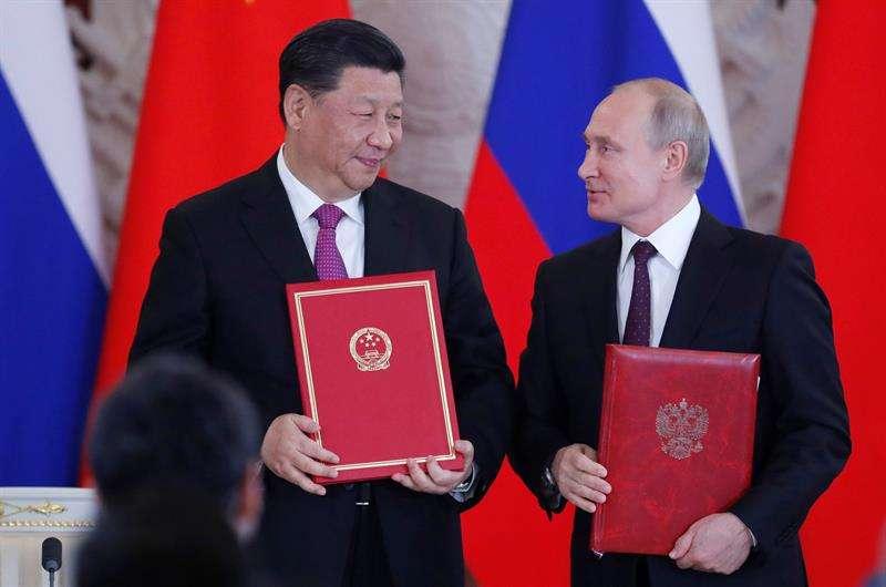 El presidente ruso, Vladímir Putin (d), posa junto a su homólogo chino, Xi Jinping (i), tras su reunión de este miércoles en el Kremlin de Moscú, Rusia. EFE