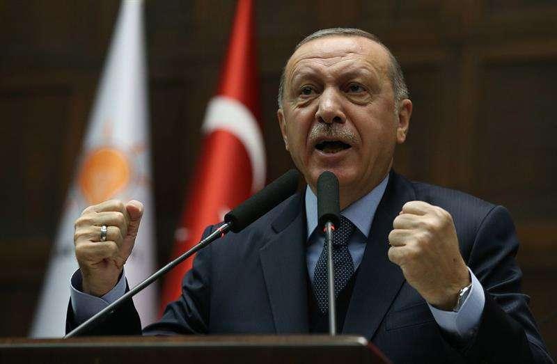 El presidente turco, Recep Tayyip Erdogan, ofrece un discurso durante una reunión de su partido en Ankara (Turquía) hoy, 8 de enero de 2019. AP
