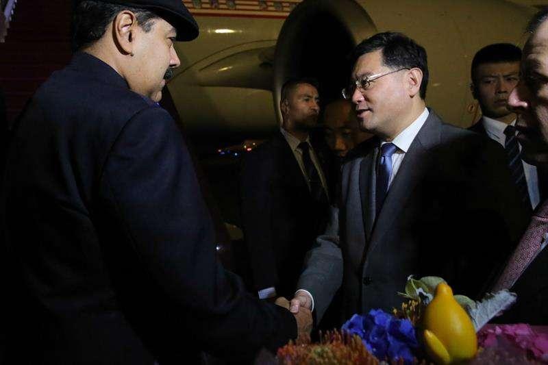 Presidente venezolano, Nicolás Maduro (i), a su llegada a Pekín (China) este jueves 13 de septiembre de 2018. Maduro inició hoy una visita de Estado a China, donde permanecerá hasta el próximo domingo. EFE
