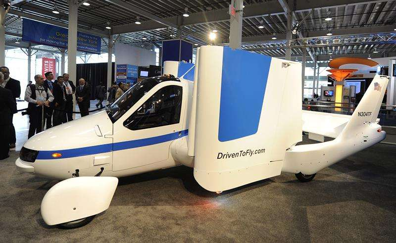 El modelo de aeroplano Transition de la marca Terrafugia, homologado para circular por calles y carreteras, es presentado en el centro Javits de Nueva York en 2012. EFE/Archivo
