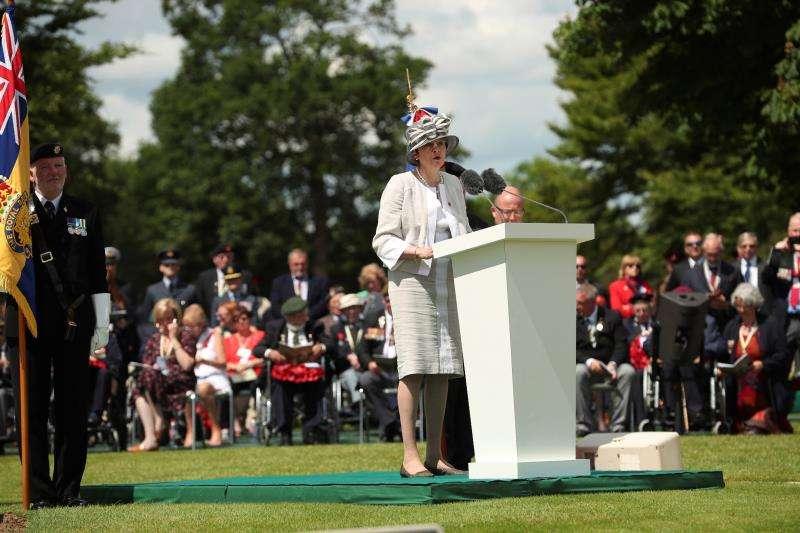 La primera ministra británica, Theresa May, en un momento del discurso que pronunció este jueves en una ceremonia en el Cementerio de la Commonwealth con motivo de las celebraciones del 75º aniversario del desembarco de Normandía. EFE