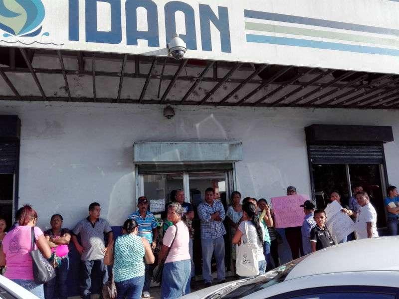 Los quejosos se presentaron en las instalaciones del Idaan en La Chorrera para exigir respuesrtas. Foto: Eric Montenegro