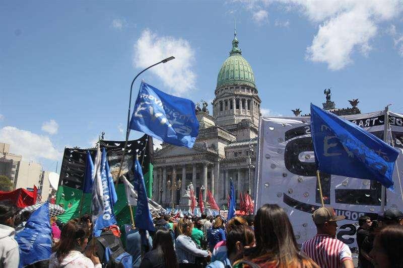 Miles de personas se reúnen hoy, martes 23 de octubre de 2018, en la plaza del Congreso, en Buenos Aires (Argentina), para mostrar su rechazo al proyecto de Presupuesto para 2019. EFE