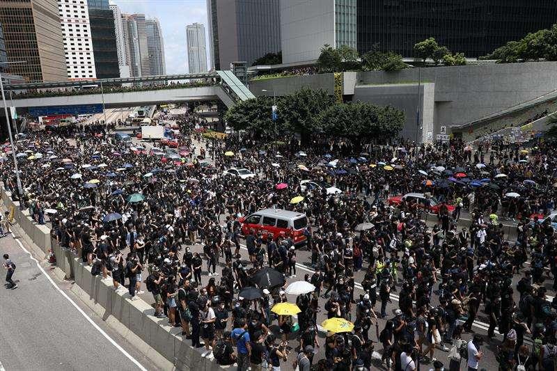 Manifestantes bloquean una calle principal fuera de los edificios gubernamentales en Hong Kong, China, 21 de junio de 2019. EFE